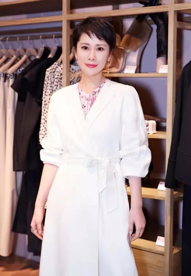 """海清身穿""""牛奶浴袍""""亮相,搭配白色高跟凉鞋,造型优雅大气!"""