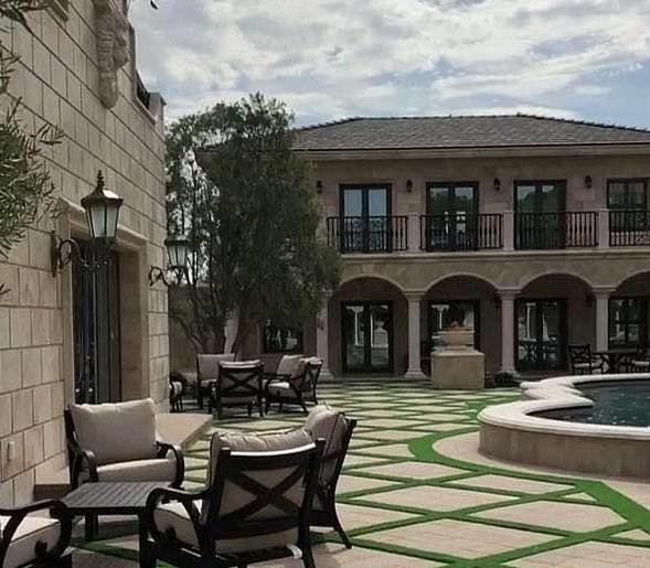 带你看看拳王梅威瑟的豪宅,花园中间有喷水池,全屋都用石材建造