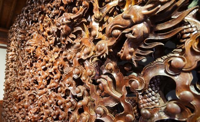 剑川价值百万木雕什么样?使用核桃木材料,三个成手师傅雕刻七年