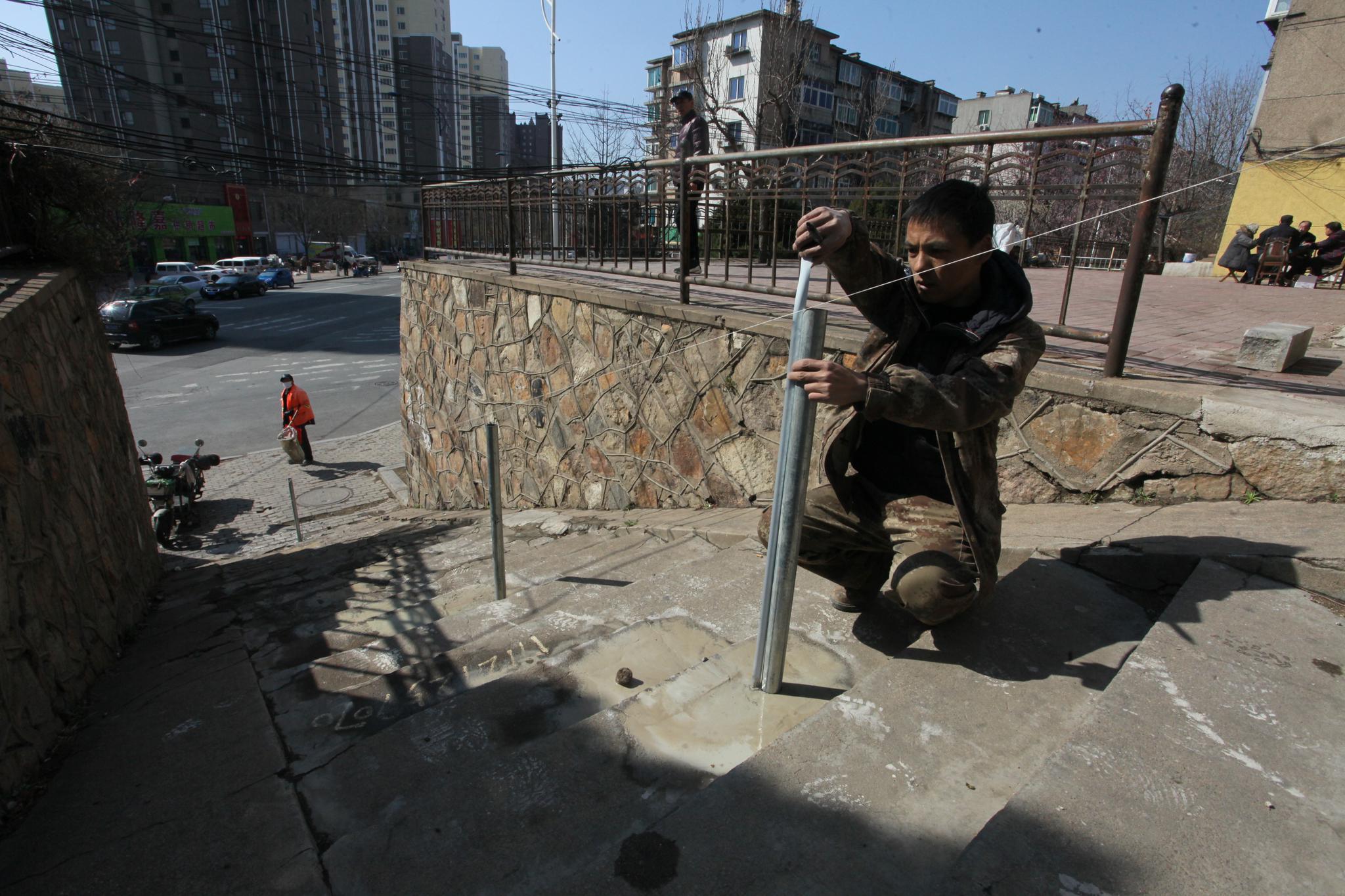 50米扶手和栏杆安好 居民不再怕滑倒