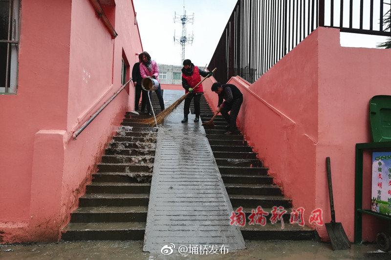 纺织路社区开展楼道环境卫生治理活动