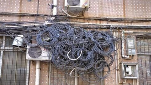 堆放杂物、私扯线缆…潍坊奎文部分小区老问题多