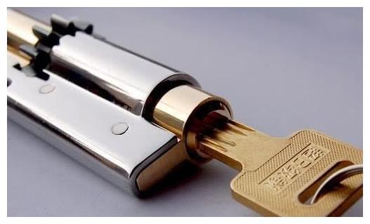 """防盗门锁被锈蚀,为啥不让你用""""润滑油""""?专业师傅爱用""""它"""""""