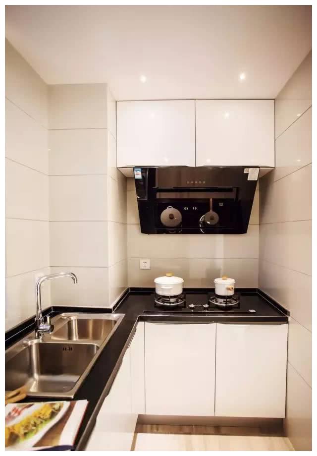 采用了暖色地板和墙面加上白色的洁具的卫生间,构成一种和谐感