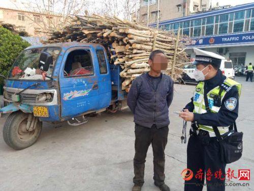 运送绿化苗木的竟然是辆报废农用车 驾驶人被吊销驾照