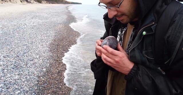 """男子海边随手捡了个""""鹅卵石""""带回去,拍照发网上后,意外发生"""