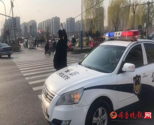 """危险!济阳街头电缆垂落,民警变身 """"光缆侠""""举起电缆"""