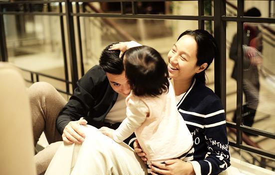 朱丹带女儿回娘家,亲自上手忙碌获好评,背后砖瓦太接地气!