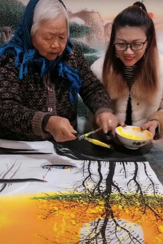 老奶奶用吹风机作画,本以为是闹着玩,看到成品后,民间艺术家!