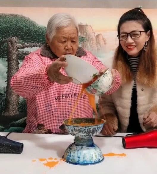老奶奶用吹风机作画,本以为是闹着玩,看到成品后,民间艺术家