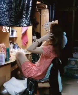 大学生在宿舍吹头发随意,网友:吹风机好特别