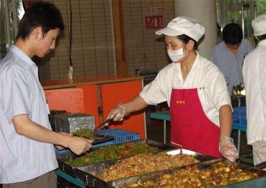 富士康食堂每天用35吨耗材,看到饭菜价格网友愣了:有没搞错?
