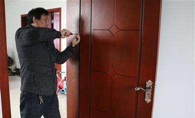 """邻居吐槽:装门师傅装门套只用发泡胶,门不会""""掉""""吗?"""