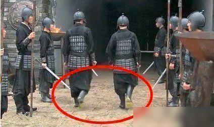 明星尴尬影视穿帮:古代士兵居然穿着雨鞋,特技也太先进了吧