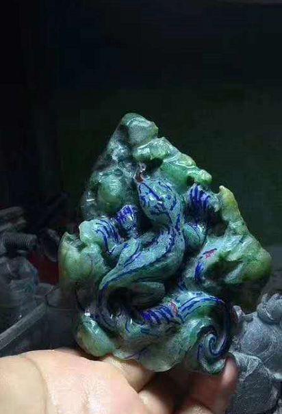 丑陋不堪的翡翠原石,经过雕刻师半年时间的发酵,把原石雕活了!