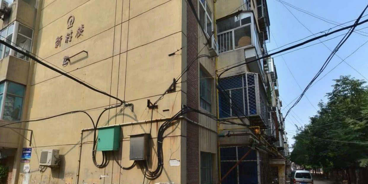 沧州铁路宿舍居民区:线缆杂乱缠绕,安全隐患不小