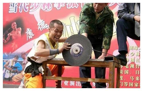 """""""中国铁掌第一人"""",向播求连下9封战书,当众表演用手抓切割机"""