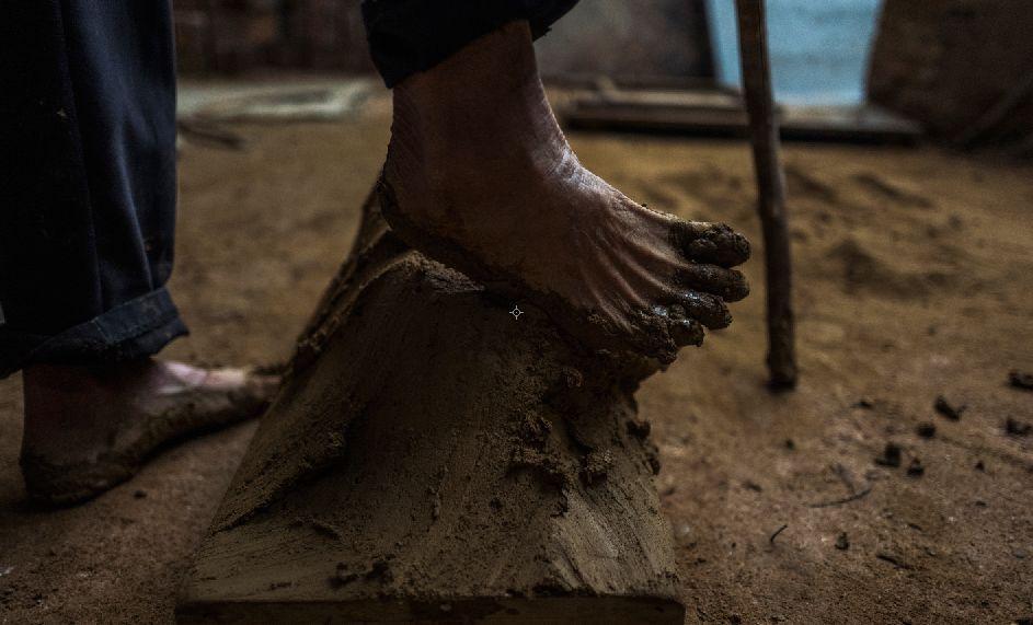 清远手艺人带你去看一块泥巴变身古砖瓦之旅