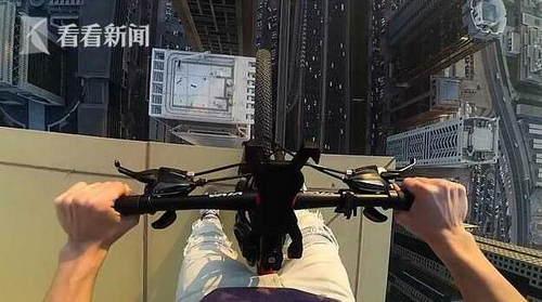 看着腿软!男子在迪拜摩天大楼窗台檐上骑自行车