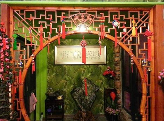 巩汉林晒出自己住的豪宅,大门口还挂着红色灯笼