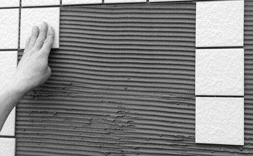 越来越多人贴瓷砖不用水泥了,他们都兴用这种代替,省钱又方便