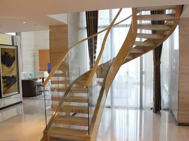几乎没人装实木楼梯扶手,现在都流行用玻璃砖块砌,太漂亮了
