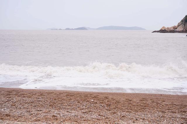 这个海滩由鹅卵石组成,自然风光优美,旅游开发后游客直呼:无聊