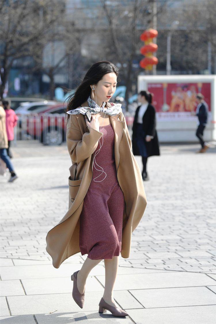 街拍:美女一件米黄色的风衣,内搭藕荷色连衣裙,时尚大气的感觉
