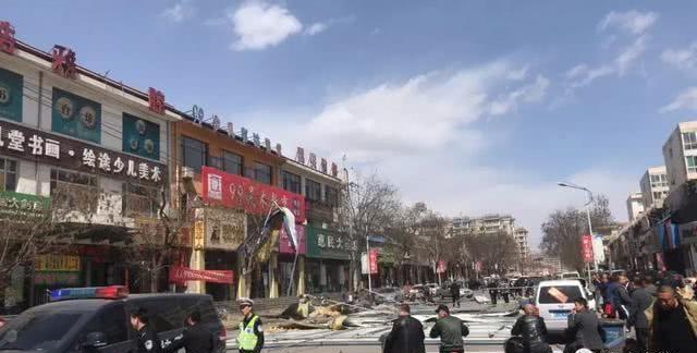 文水:大风来袭建筑物彩钢屋顶跌落 车辆被砸