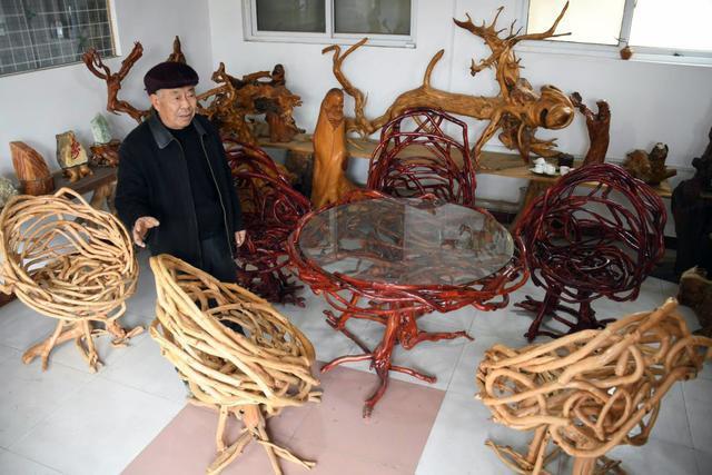 65岁木匠耗时11年花百万积蓄,在12亩桃园种出800桌椅