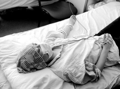 """3岁幼儿患白血病爸妈哭诉:装修使用""""环保型材料""""为何我儿患病"""