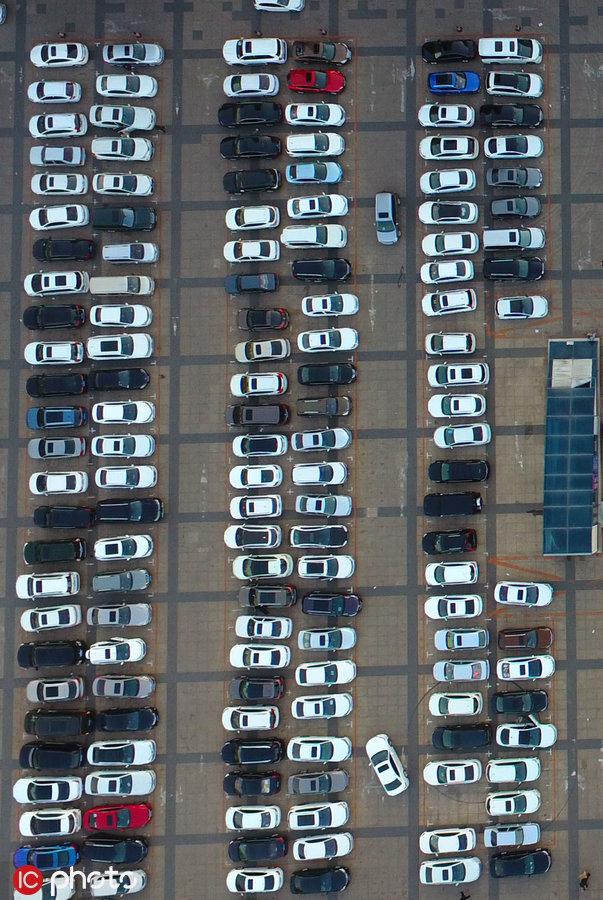 CBA联赛拉动经济发展 航拍辽篮主场周边停车场犹如线路板