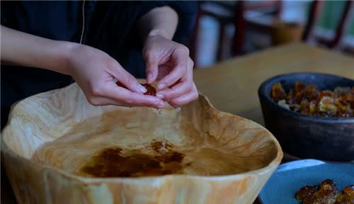 """李子柒厨具很""""仙""""?看到她炒菜用的""""油桶"""",是我误解了精致"""