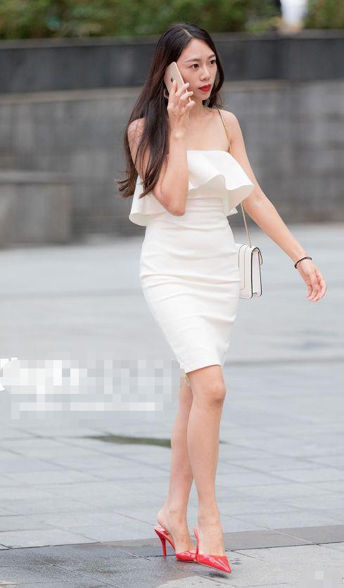 街拍:有钱的小姐姐,眼镜的链条都是珍珠的,搭配也是随意慵懒风