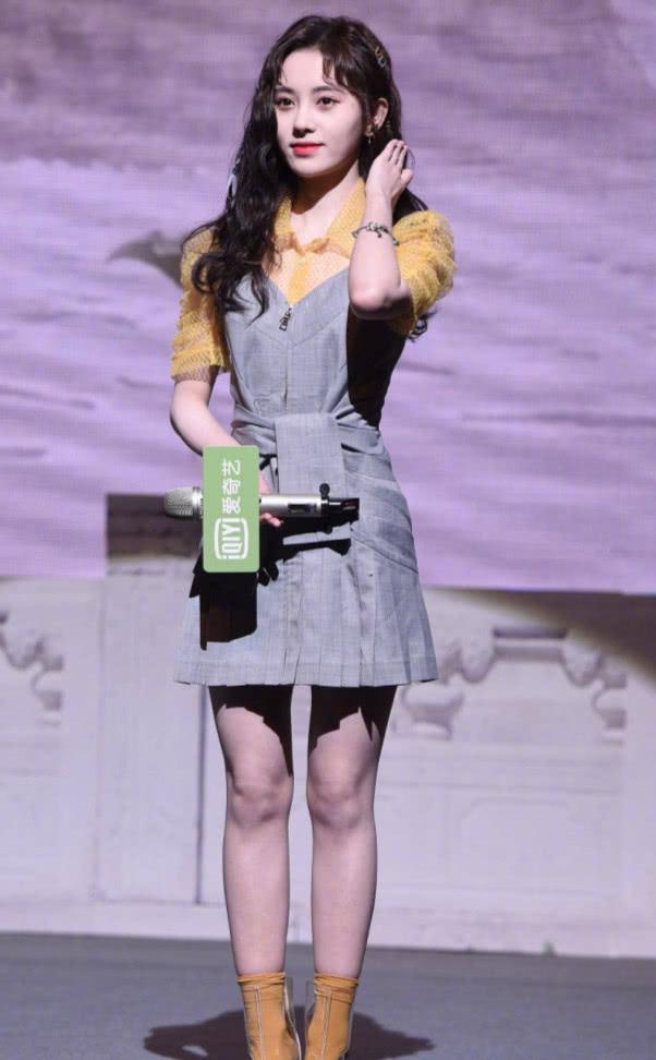 """鞠婧祎""""泡面头""""可爱亮相,却被脚上的""""塑料雨鞋""""抢镜,有毒!"""