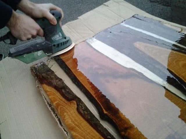 还拿树脂做小工艺品?大材小用!5步将旧木板变创意家具,买不来