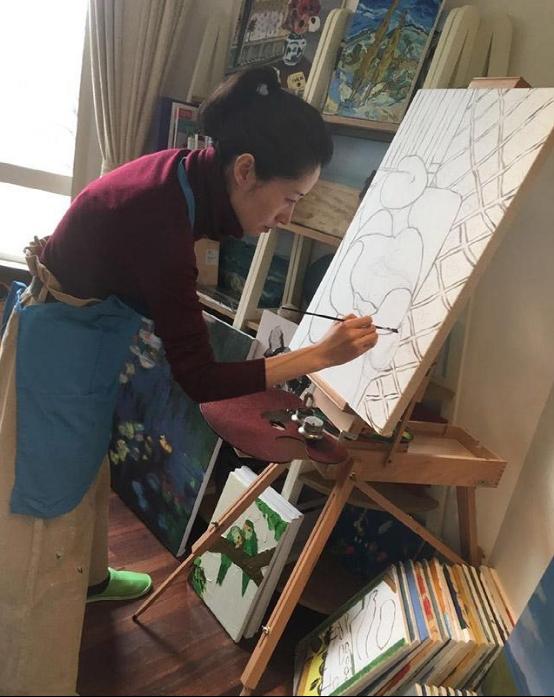 晒晒刘敏涛住的豪宅,全屋家具都是实木的,在家还爱好作画