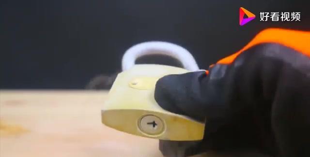 把锁头放在196度液氮浸泡后,用大铁锤暴力测试!