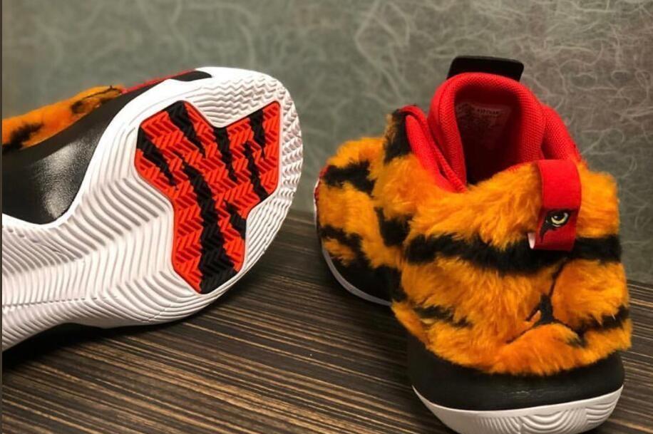 保罗季后赛首战定制鞋,致敬泰格-伍兹14年后大师赛再夺冠