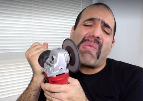 男子作死拿切割机割胡子,结果他却令人不敢相信