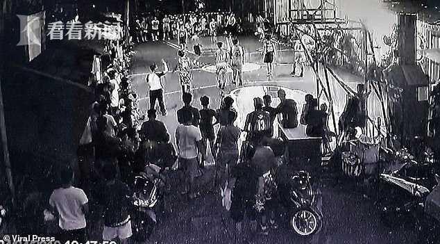 篮球比赛万博app最新版灯突然爆炸火花四溅 篮球架被震倒球员观众四散奔逃