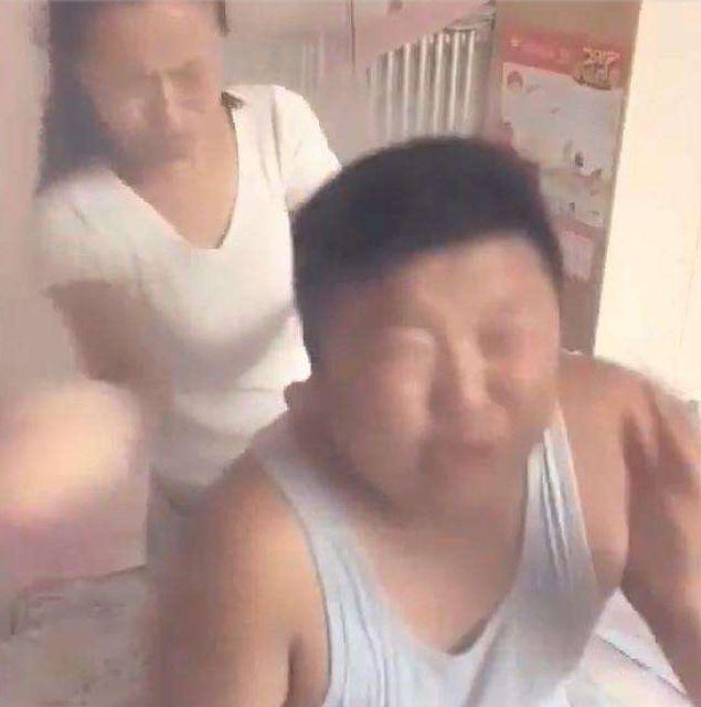 男子作死拿20支烟绑在吹风机整蛊妻子, 妻子醒来一顿暴揍
