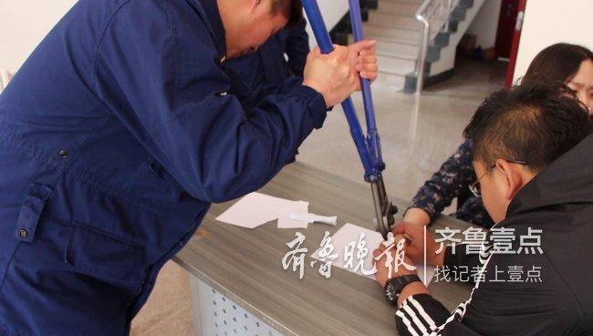 威海一女子戒指卡手求助消防,消防员绝缘剪巧解套