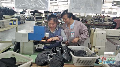 上栗一乡村妇女坚守制鞋生产线12年 苦练技术获评省劳模