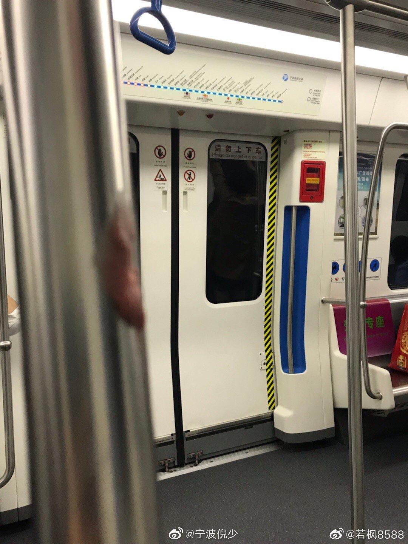 @若枫8588 :地铁1号线扶手杆上竟有人把吃过的口香糖黏在上面