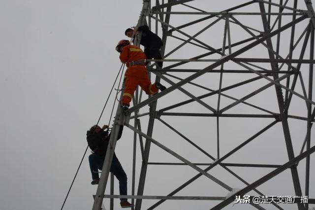 惊险!醉酒男子暴雪天爬上电线杆 民警联合消防员高空营救