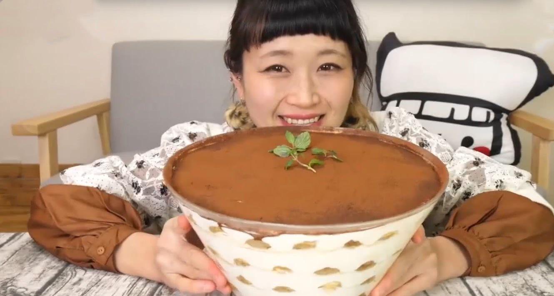 大胃王吃一盆巧克力,舀起一勺就露馅了,网友:都是面子工程