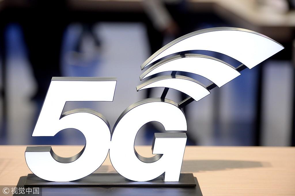 新京报讯(记者 马婧)4月13日,记者从北京移动获悉,昨日中国移动在北京5G试验网上,通过5G手机成功打通了第一个5G电话。本次通话使用4G现网升级的NSA核心网以及IMS网络,实现了不换卡不换号场景下5G手机间的通话,5G语音通话音质清澈。4月9日晚,中国移动北京公司完成核心网设备NSA版本的升级,升级后核心网及IMS网络具备5G功能,完全支持5G终端的接入,4月12日成功拨通中国移动北京公司首个5G电话。
