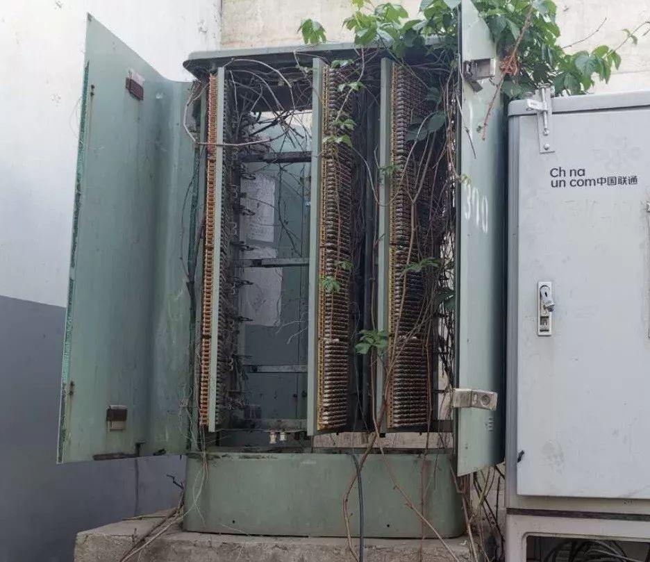 箱体损坏 电缆外露 这些通信光缆交接箱该谁管?(互动可得演出门票)