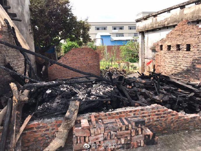 摩托车突然起火引燃木材仓库 附近居民紧急撤离
